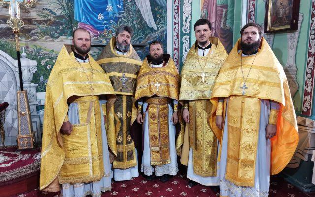 В храме преподобного Серафима Саровского поздравили настоятеля с днём рождения